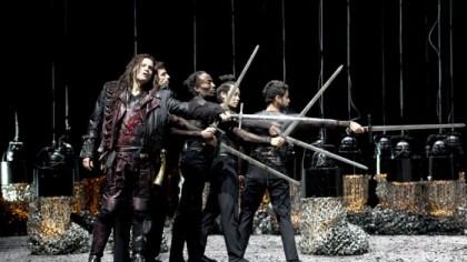 Siegfried (Lance Ryan) sfida gli antagonista con la spada Nothung